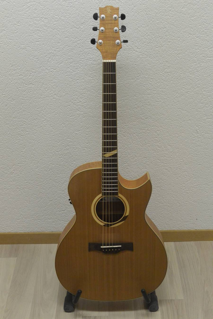 guitare acoustique baton rouge X6C frs 580.00